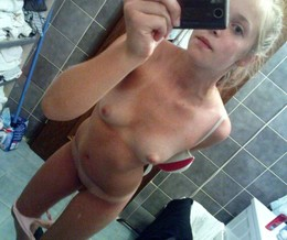 Little schoolgirls takes selfshot..