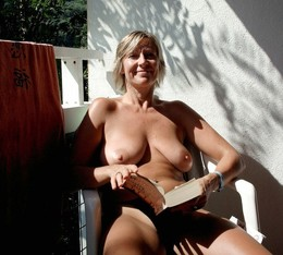 Various photos with naked mature women..