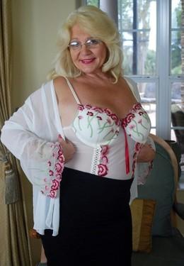 Busty MILF, Naked BBWs! Elegant,..