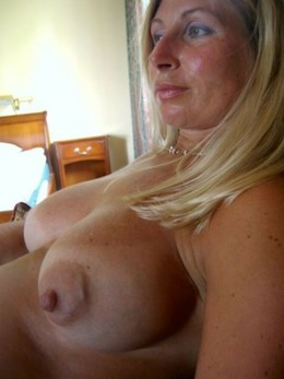 Amateur mature hotties exposing huge..