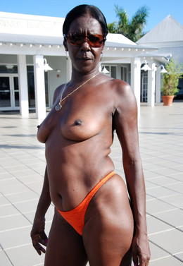 Old naked ghetto woman with flabby..