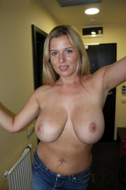 Very seductive mature cougar shows her..